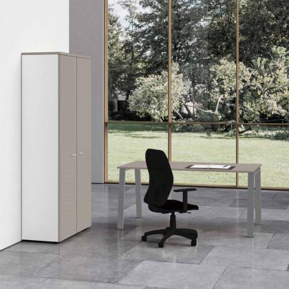 Komplettbüro Delta mit hohem Schrank und Stuhl.