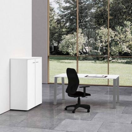 Komplettbüro Delta mit mittelgroßem Schrank und Stuhl.