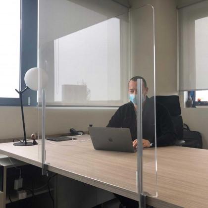 Schermo divisorio in plexiglass con supporti di aggancio al piano